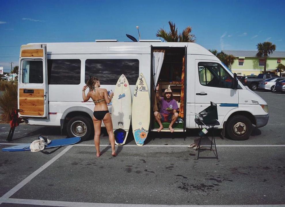 Camperbus parkeren om te surfen