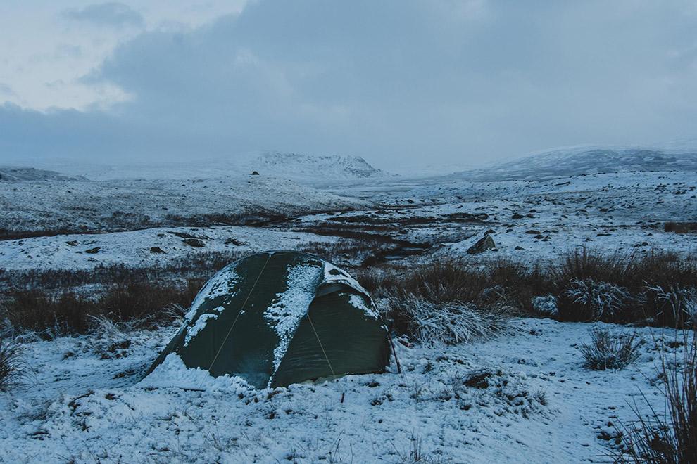 Tent te midden van met sneeuw bedekt landschap