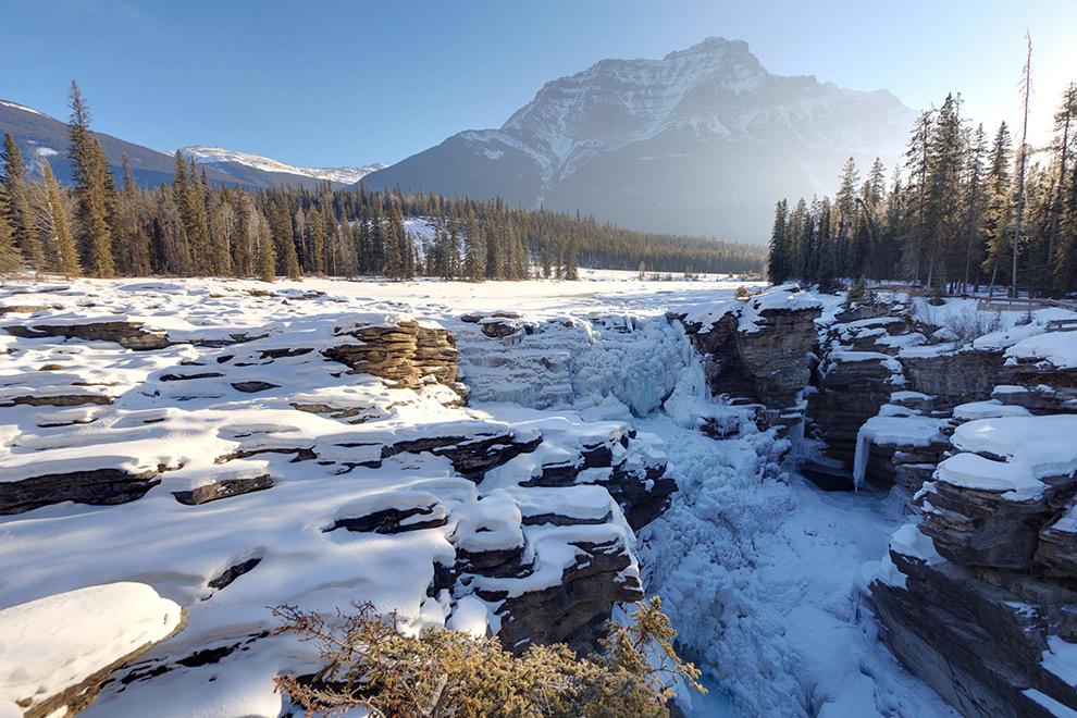 Bevroren winterlandschap van Jasper National Park