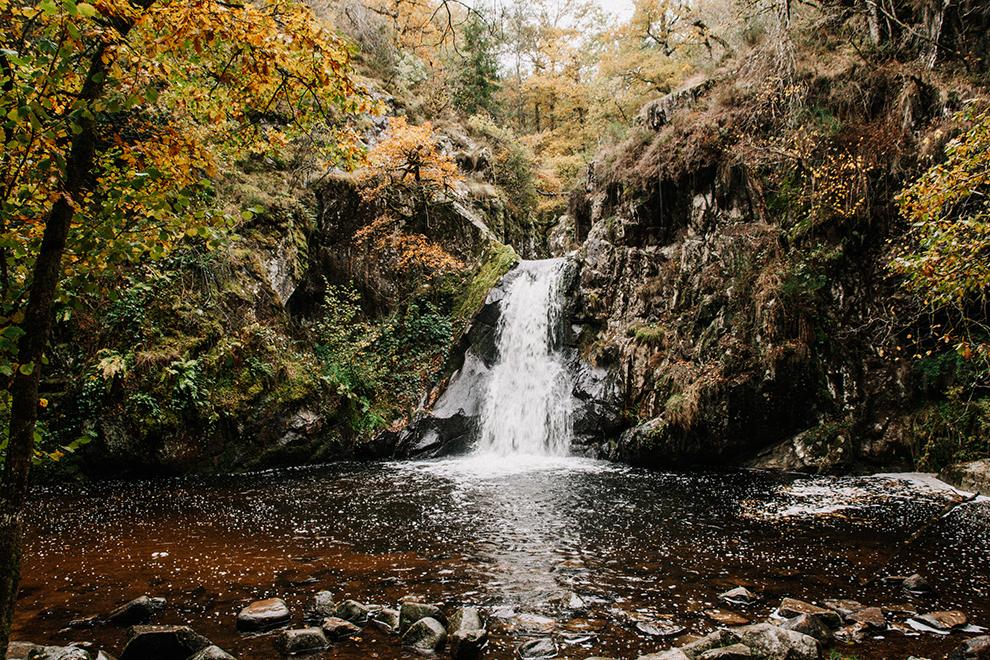 Sprookjesachtige waterval in een herfstachtig landschap
