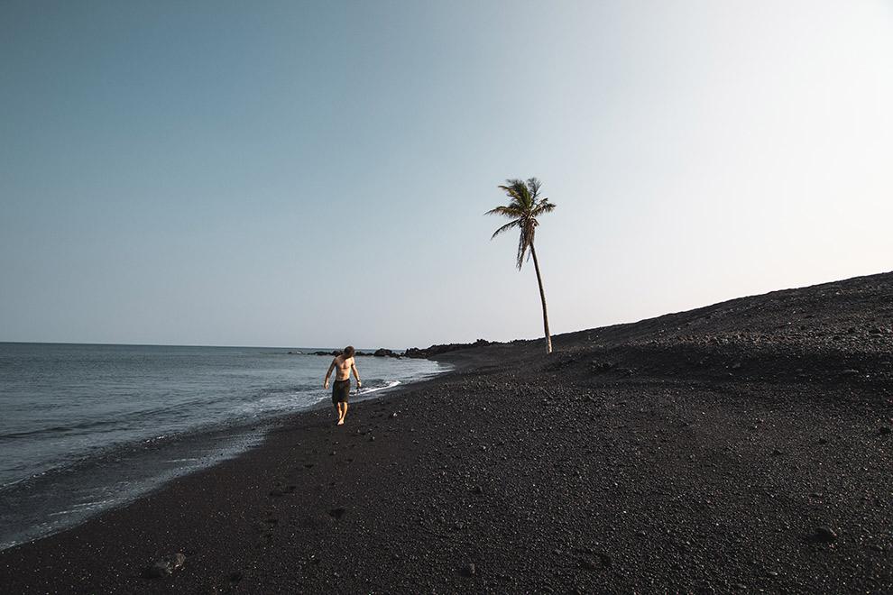 Zwart zandstrand aan de kust van Hawaii
