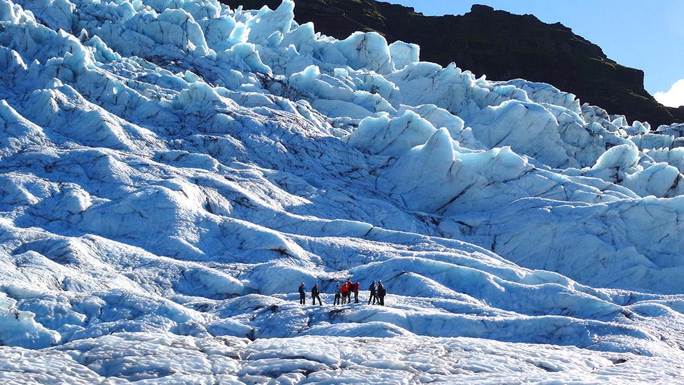 Wandelen over een immense gletsjer in IJsland