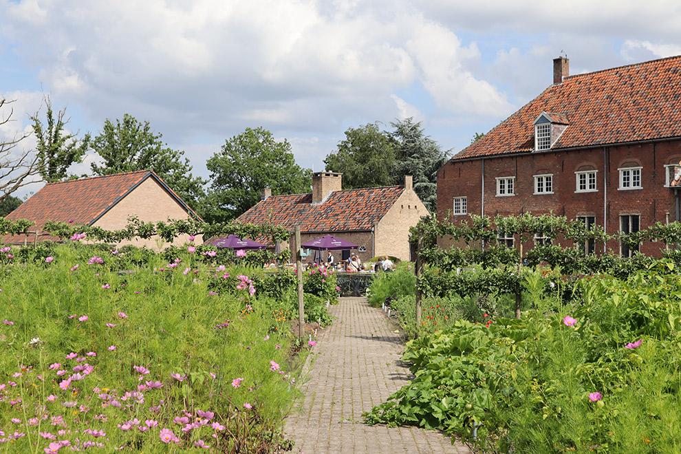 De vrolijke kloostertuin van het Sint Catherinadal in Brabant