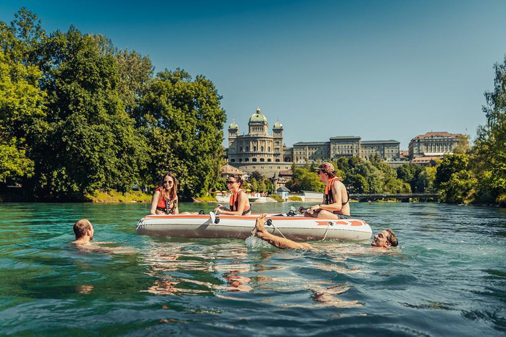 Dobberen met een bootje op de Aare in Zwitserland