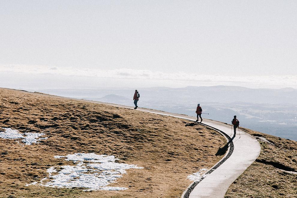 Wandelaars naar de top van de Puy de Dôme in Frankrijk