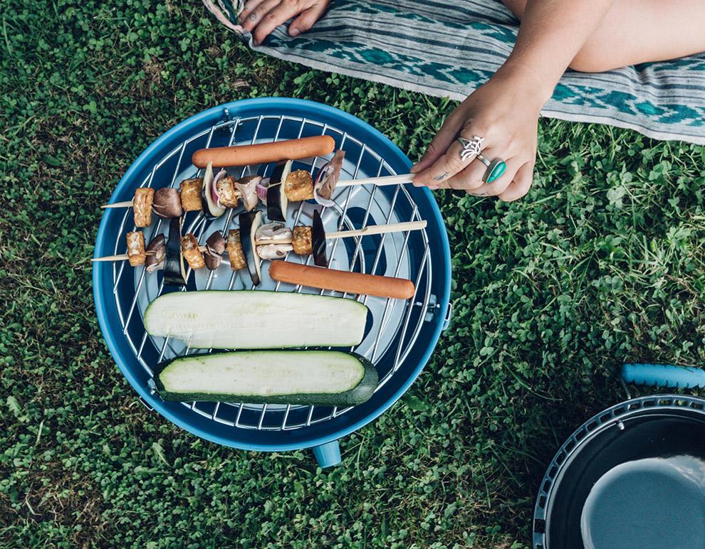 Groentespiezen en worstjes op de barbecue