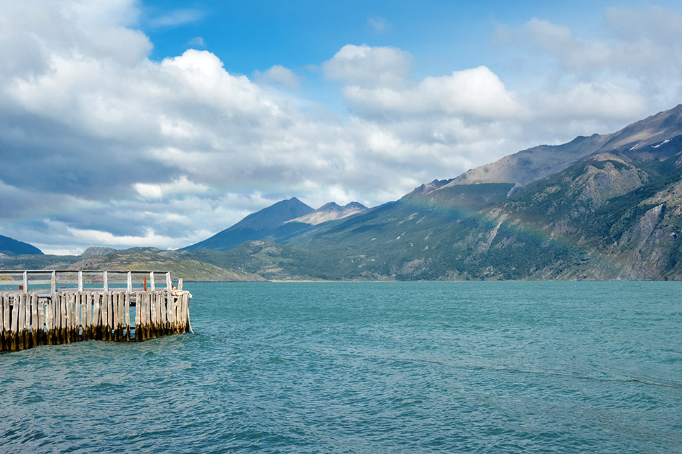 Regenboog boven het water in Patagonië, Chili