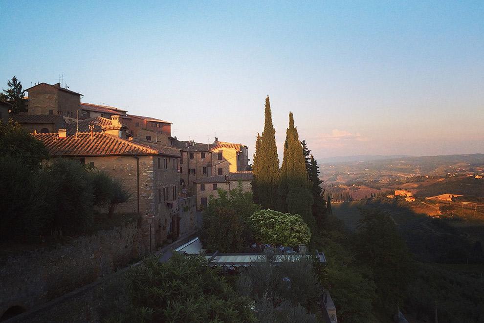 Uitzicht over ondergaande zon in de heuvels van Toscane