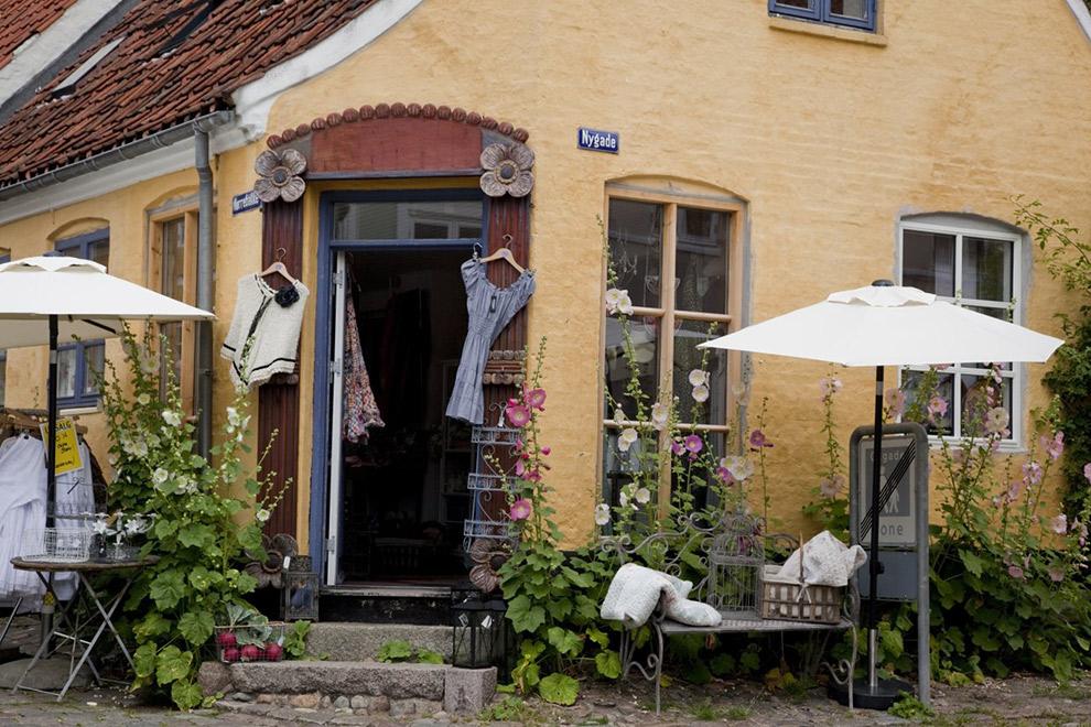 Kleurrijk stadje Ebeltoft op de Mols Bjerge trail in Denemarken