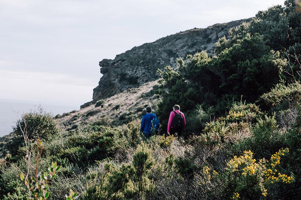 Twee wandelaars aan de Côte Vermeille