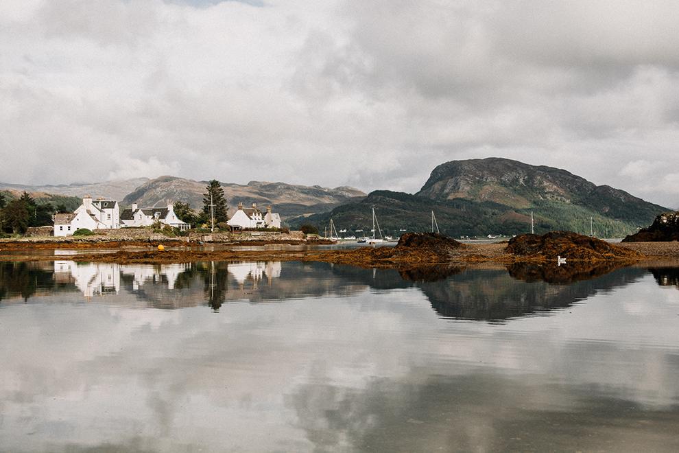 Schots dorpje Plockton reflecteert in water
