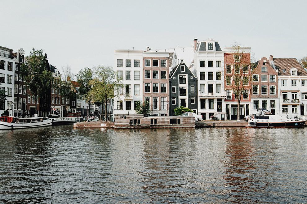Typisch Amsterdamse grachtenpanden weerspiegelen in water
