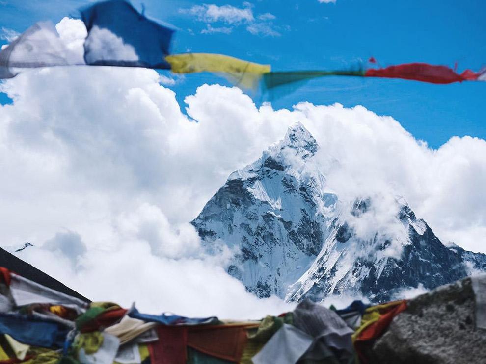 Nepalese vlaggetjes en imposante bergtoppen in de Himalaya