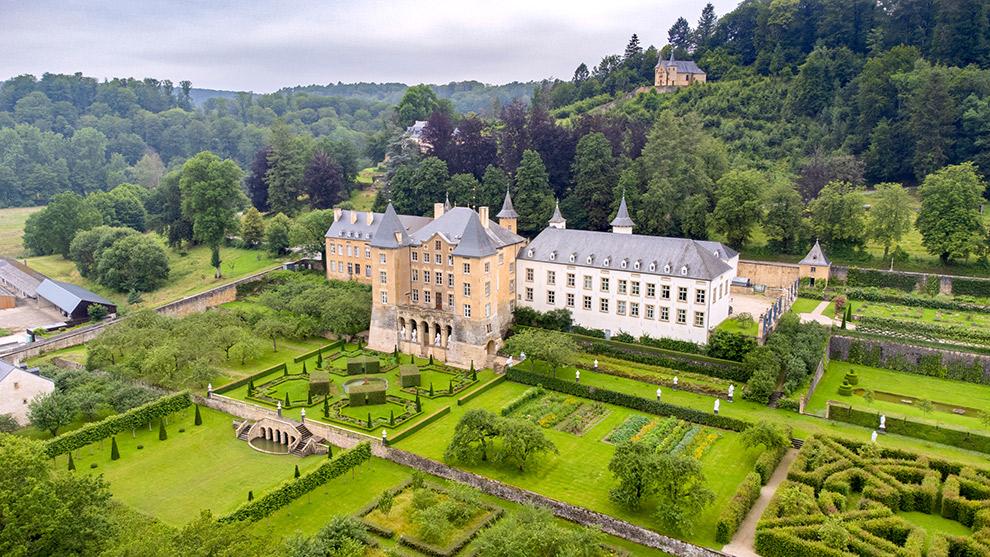 Drone foto van kasteel midden in de natuur in Luxemburg