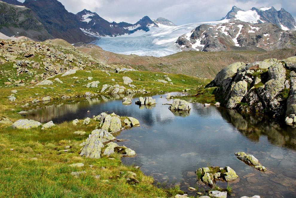 Meertje aan de voet van Zwitserse gletsjer