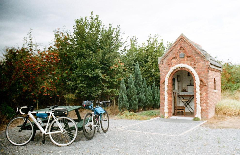Rustpauze voor de fietsen en benen bij een kapelletje