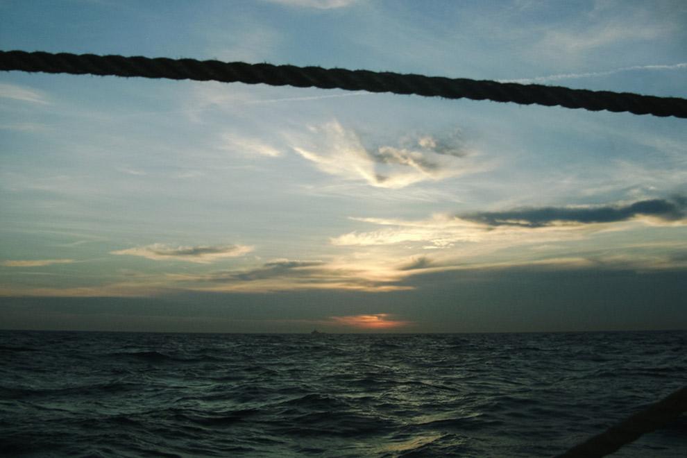 Uitzicht over de zee met zonsondergang