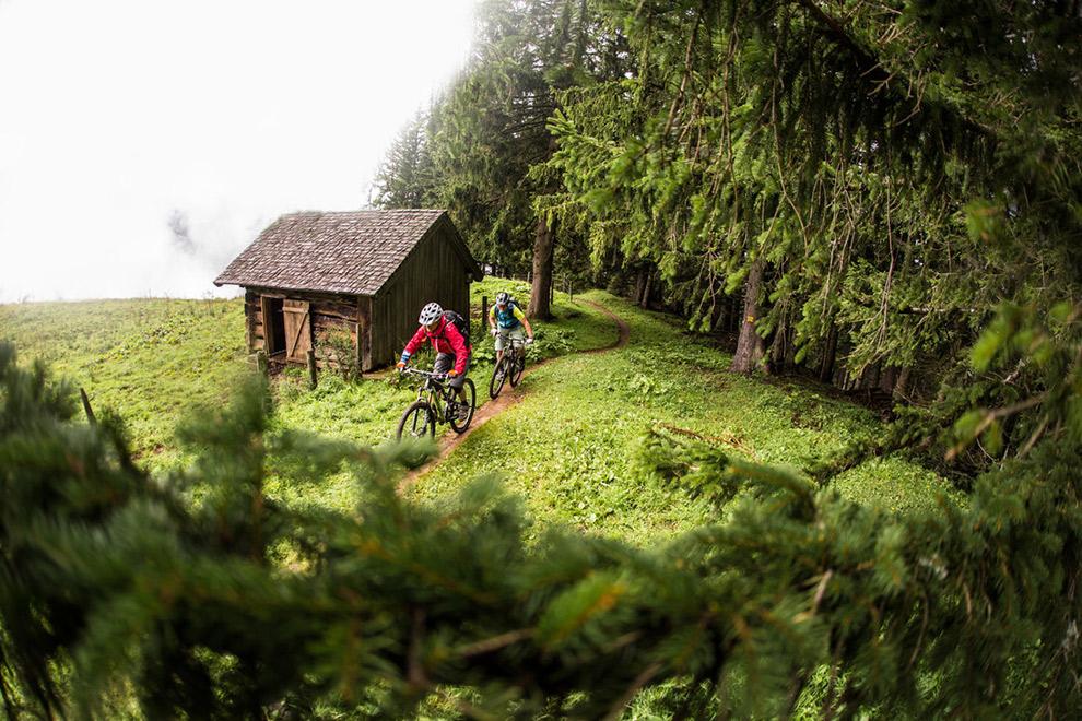 Mountainbiken door het groene landschap van Oostenrijk