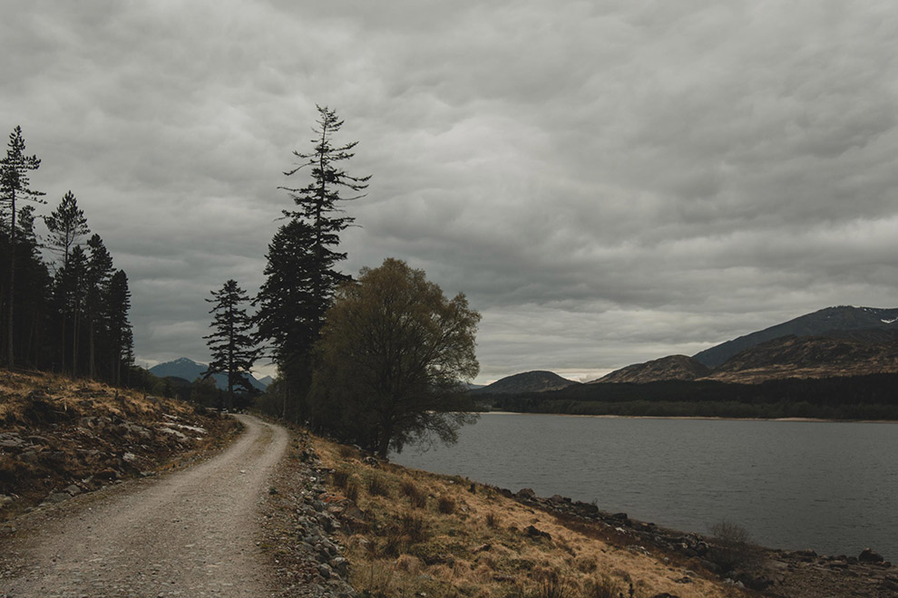 Wandelen langs grauw en grijs loch in Schotland