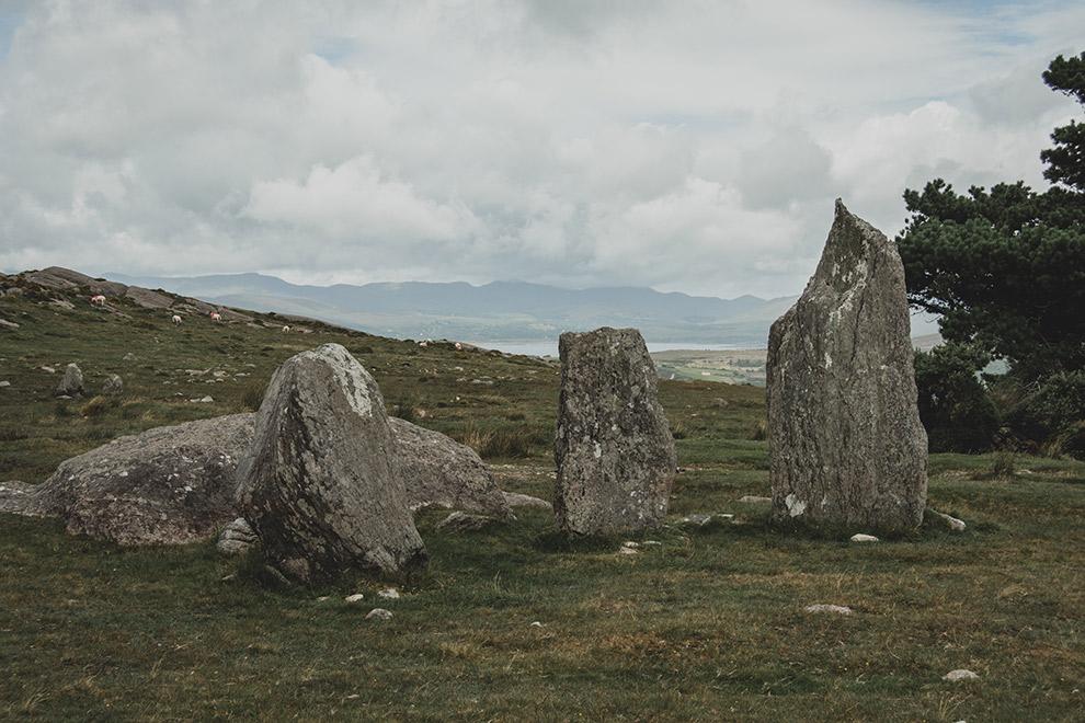 Stenen in een cirkel omringd door groen gras