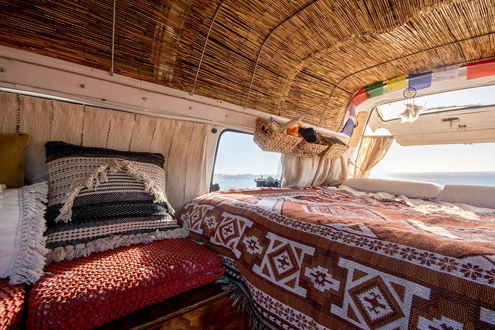 Vrolijke bohemian interieur van camperbusje Verena en vriend