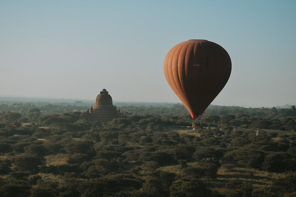 Uitzicht op eeuwenoude tempels vanuit luchtballon in Myanmar