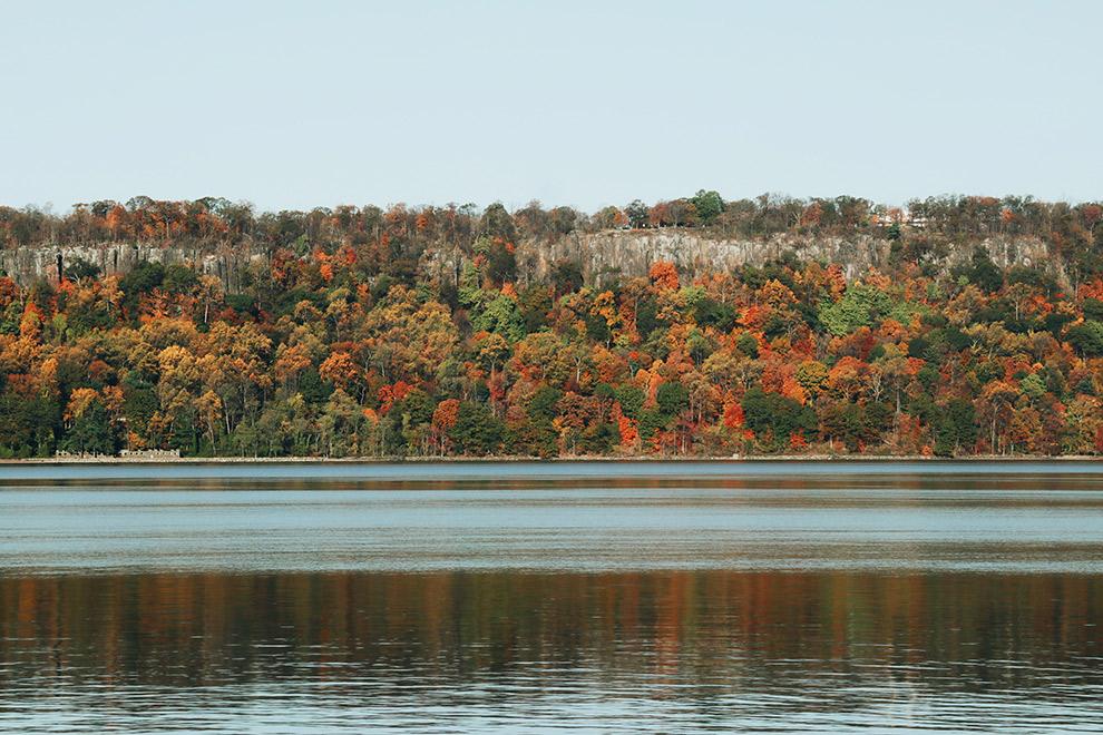 Rivier in Hudson River Valley met kleurrijke beboste kustlijn
