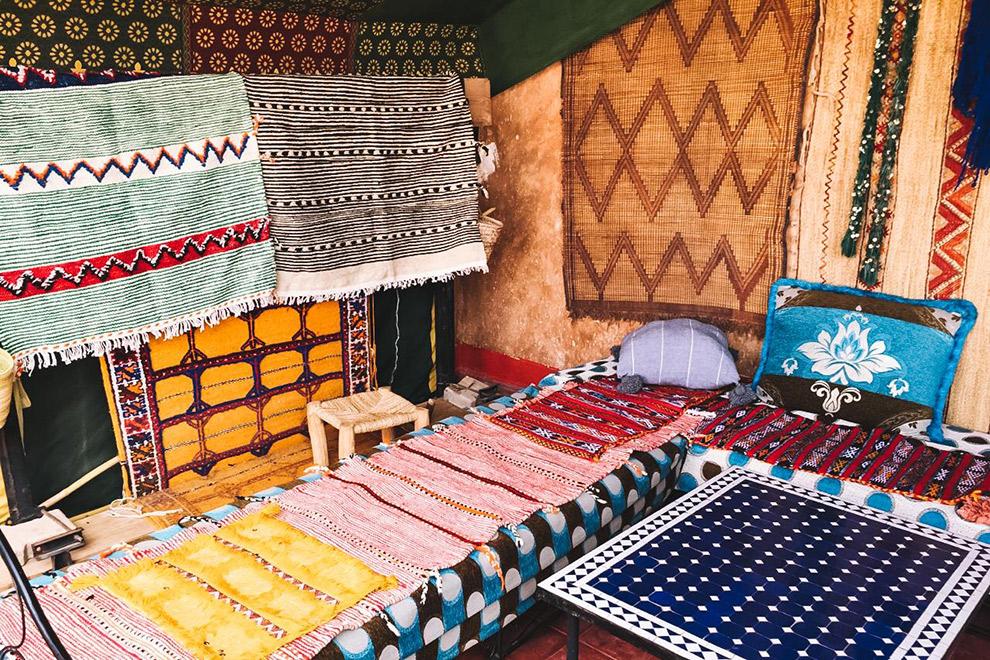 Marktkraam vol kleurrijke kleden en tapijten in Marrakech