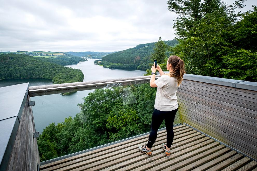 Blogger Veerle neemt foto van uitzicht vanaf panoramaplatform Belvédère