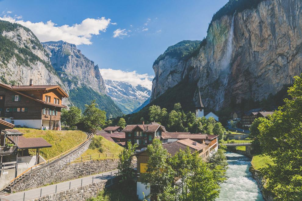 Bergdorpje in typisch Zwitsers landschap
