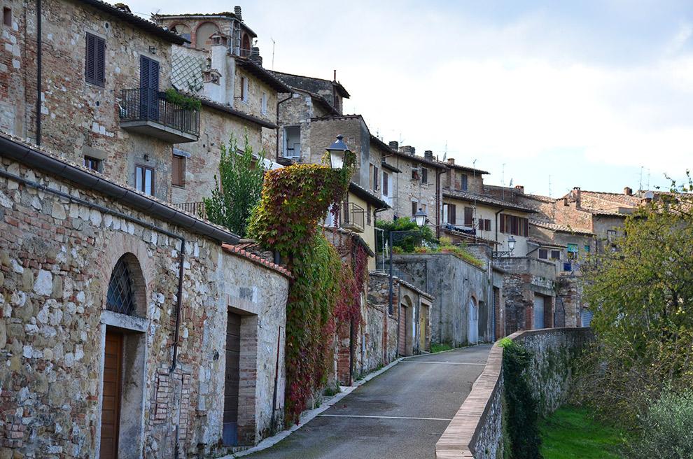 Omhoog via pad naar Italiaanse stadje Colle di val d'Elsac