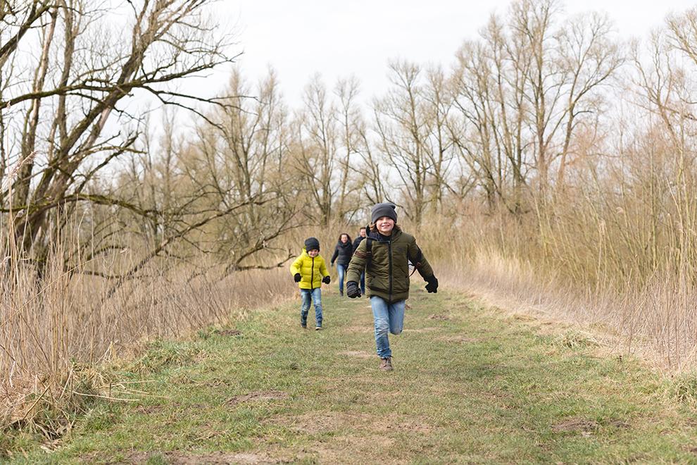 Kinderen rennend door de natuur van de Biesbosch