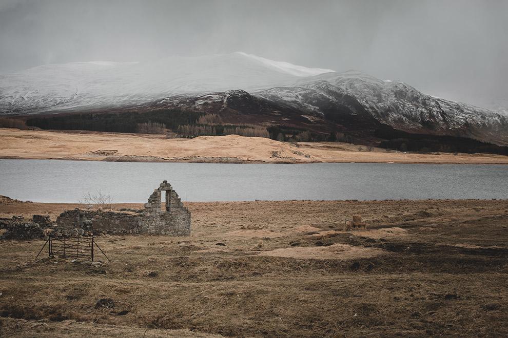 Vervallen huisje in Schots grauw en winterachtig landschap