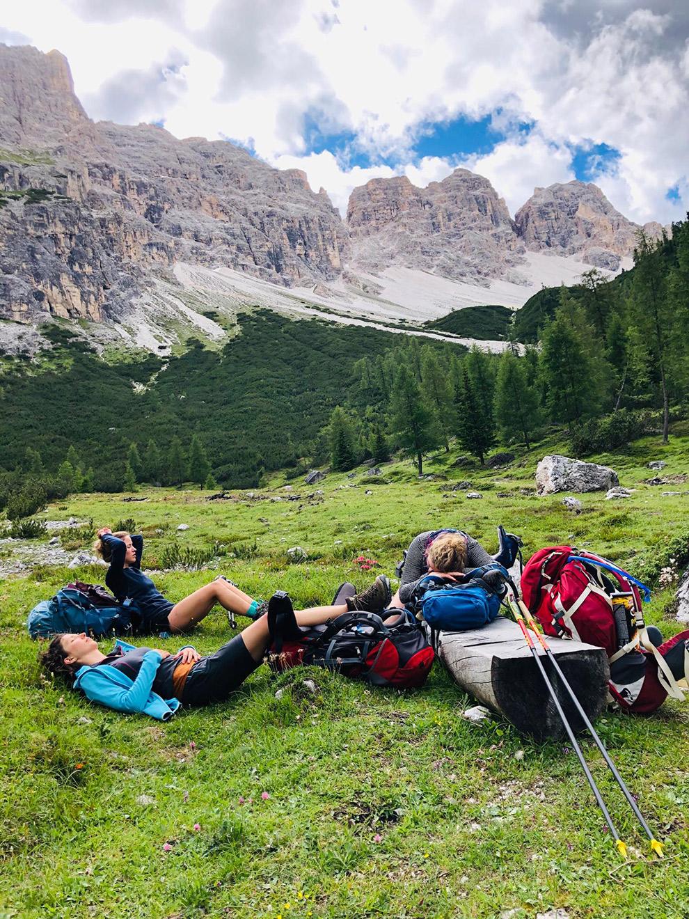Rustpauze in het gras tijdens hike Dolomieten