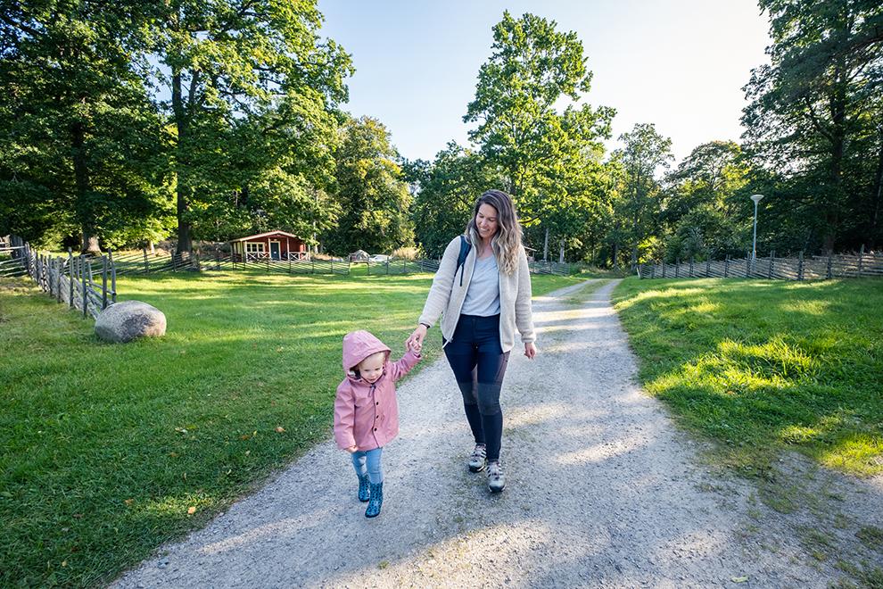 Moeder en dochter beginnen al wandelend aan hun dag in Zweden