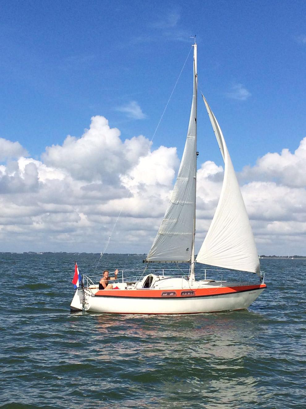 Charlotte in haar zeilboot op het IJsselmeer