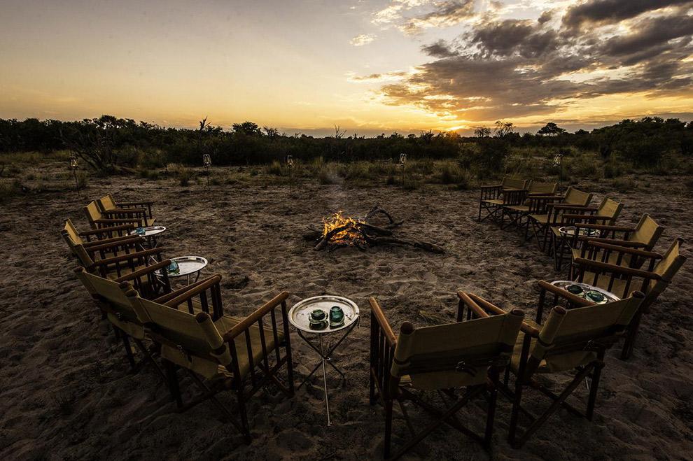 Bush bar rondom het vuur in Botswana