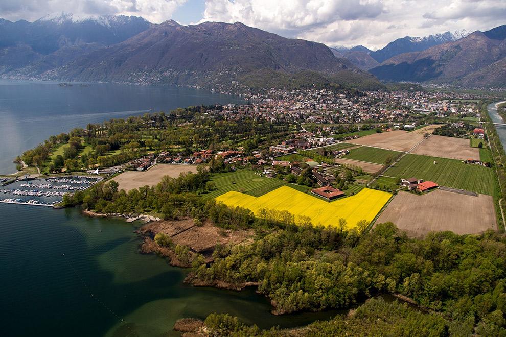 Boerenbedrijf Terreni alla Maggia vanuit de lucht gefotografeerd