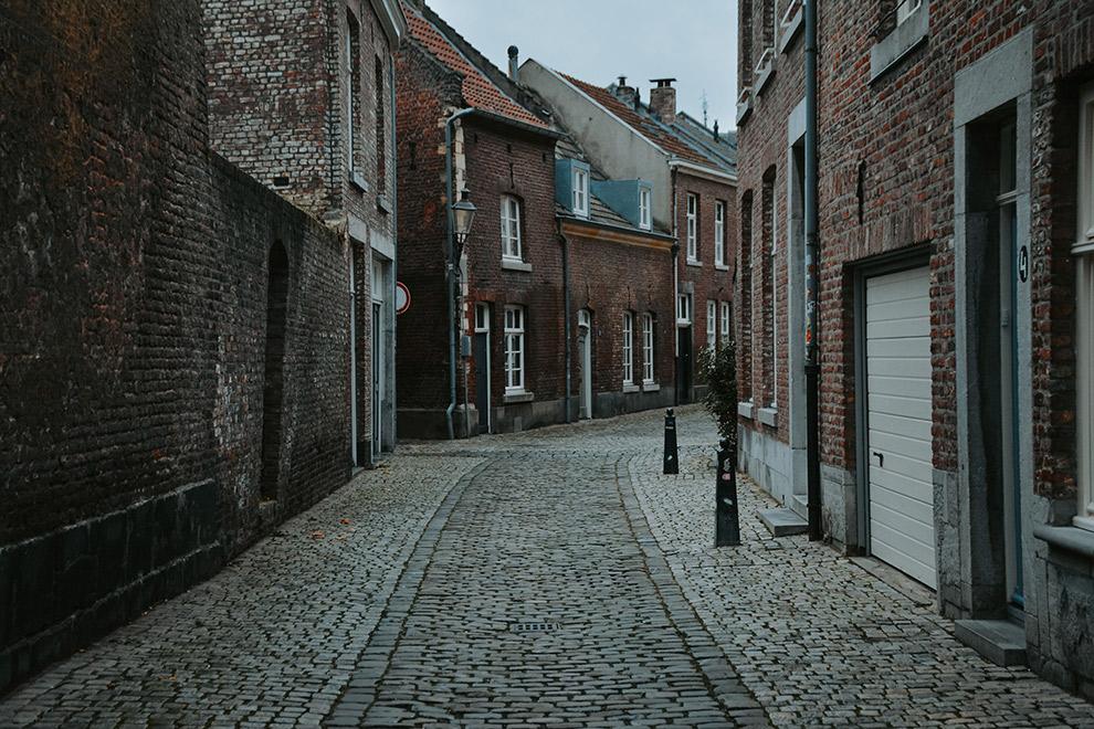 Straatbeeld Maastricht op een koude grijze dag