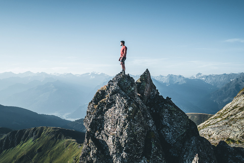Genieten van verre uitzichten bovenop rots in Nationaal Park Hohe Tauern