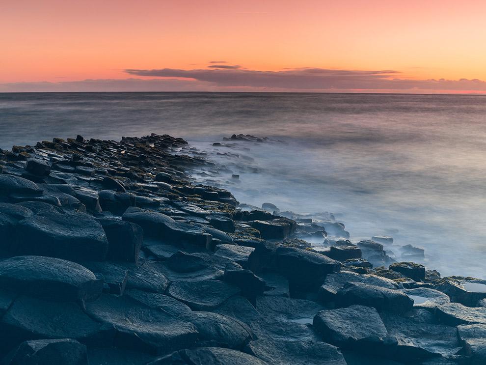Giant's Causeway strand in Ierland wijkt af van typische standen wegens vulkaanuitbarsting