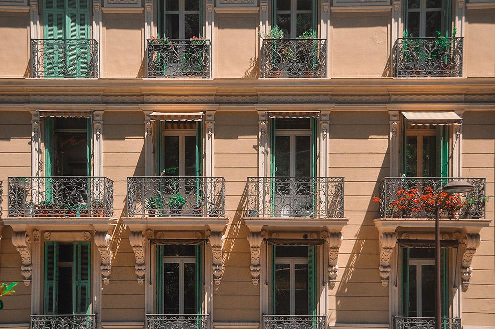 Ramen met balkonnetjes en groene raamkozijnen in Cannes