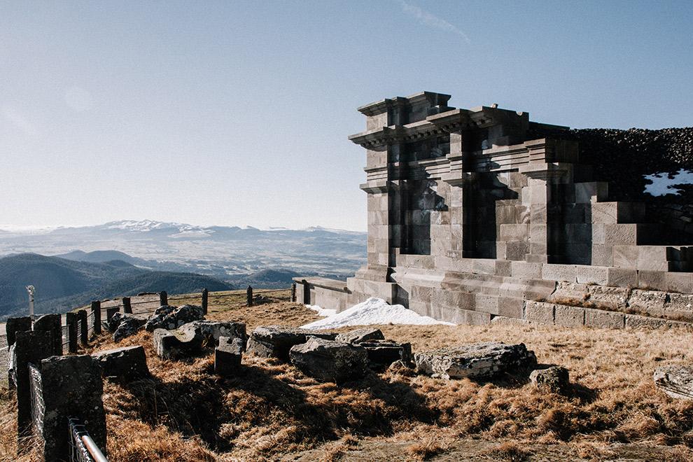Overblijfselen van een met vulkanisch gesteente gebouwde tempel in Frankrijk