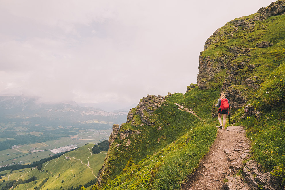 Wandelen door de groene bergen van Tirol, Oostenrijk