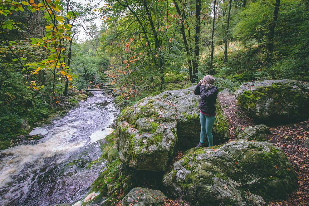 Fotograferen aan de oever van een stromende rivier