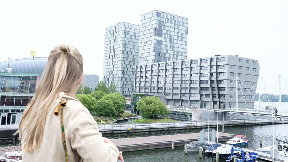 Uitzicht op indrukwekkende architectuur in Almere