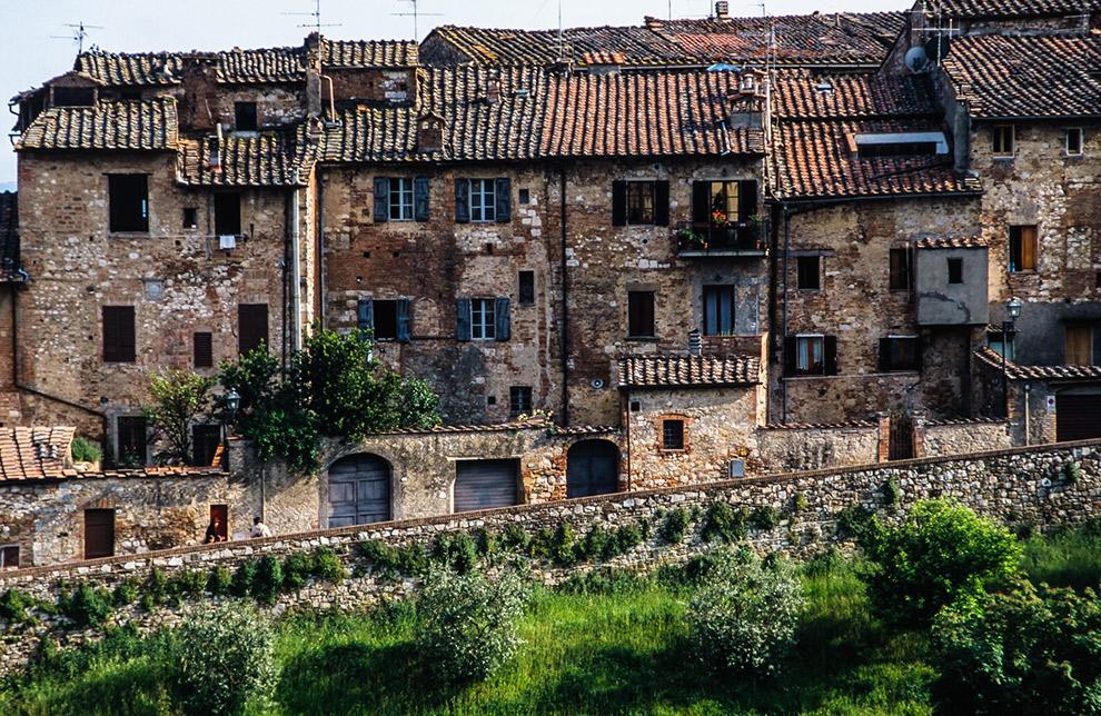 Vervallen stenen huizen in Italiaans drop Colle di Val d'Elsa