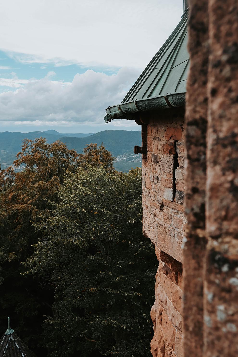 Uitzicht vanaf kasteel bovenop een bergtop in het departement Haut-Rhin