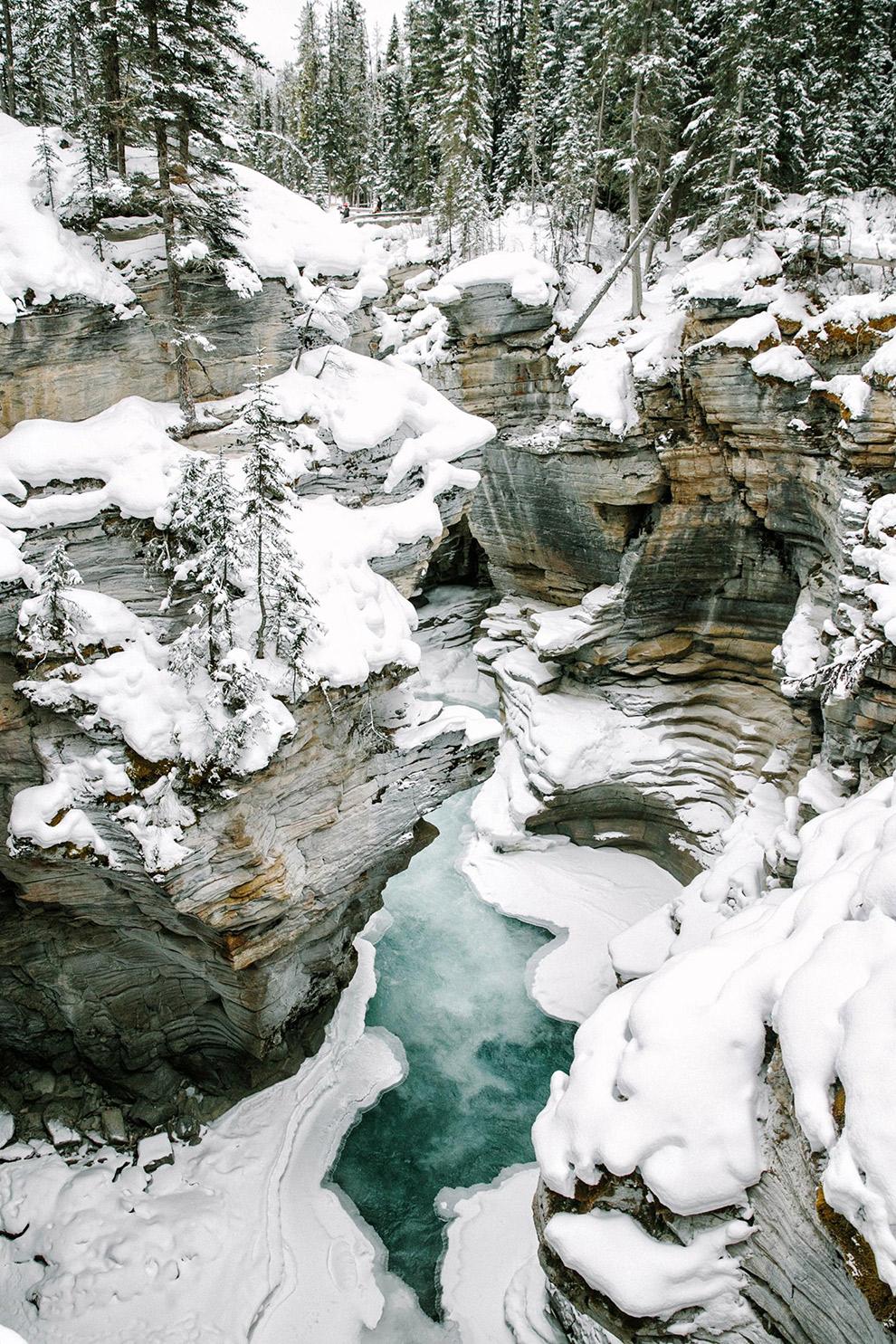 Water kleurt turquoise bij het Maligne Canyon in Jasper National Park
