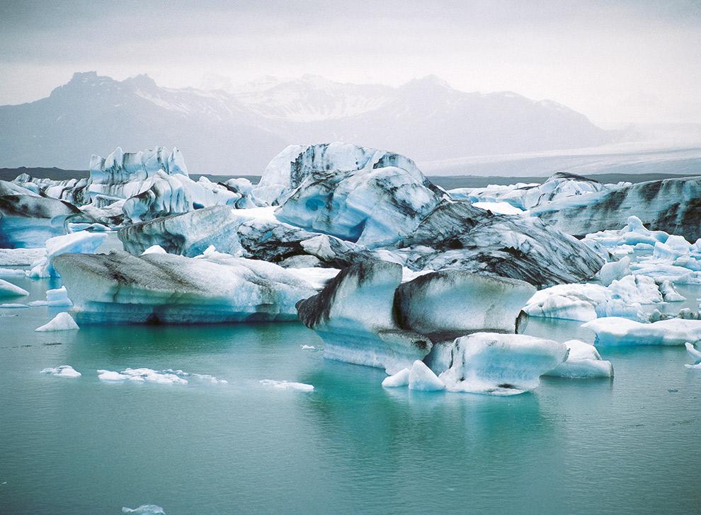 Glinsterende ijsrotsen aan het meer van Jökulsárlón in IJsland